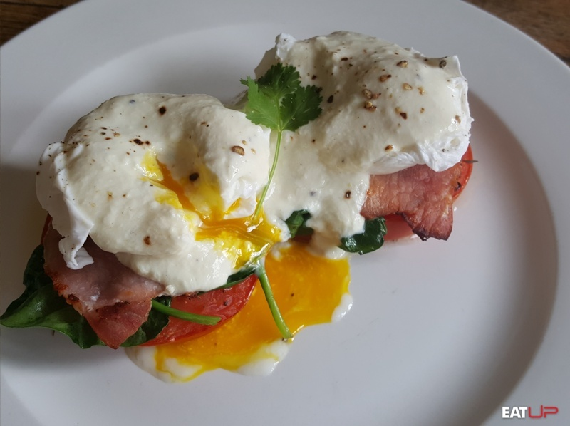 low carb eggs benedict breakfast